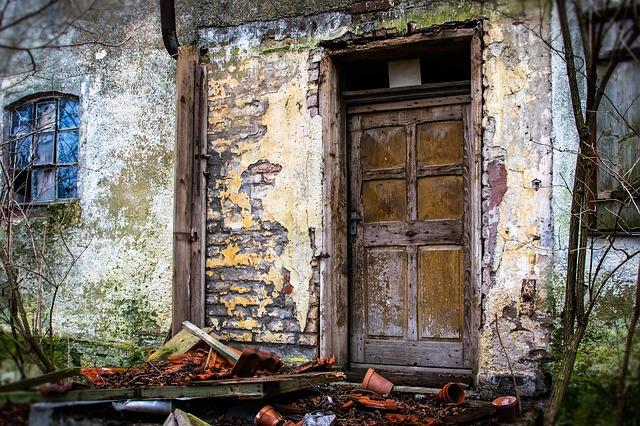 dveře starého domu