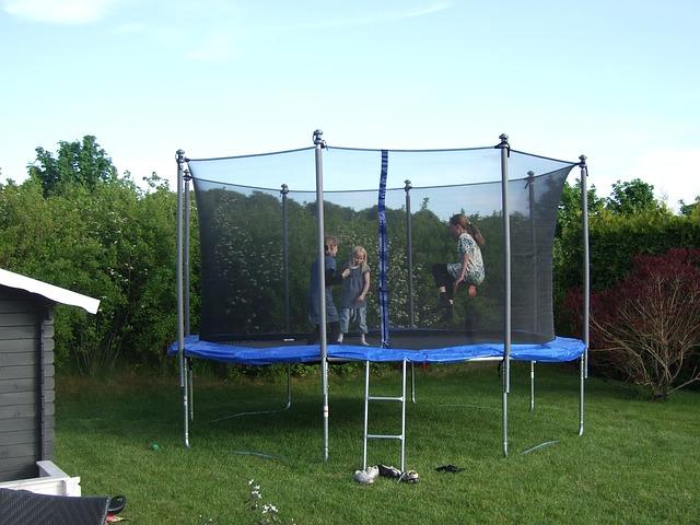 holky na trampolíně