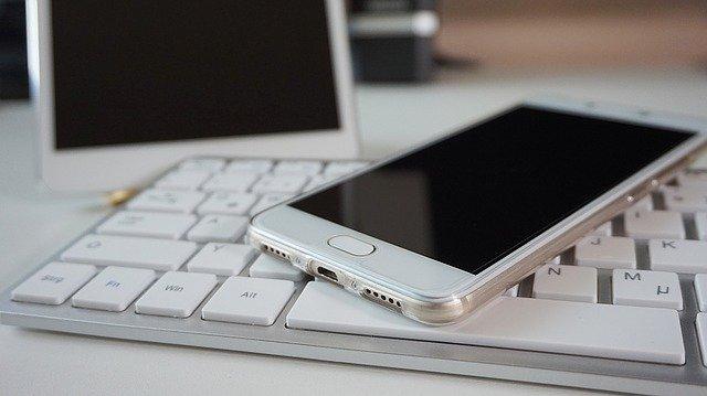 telefon na klávesnici