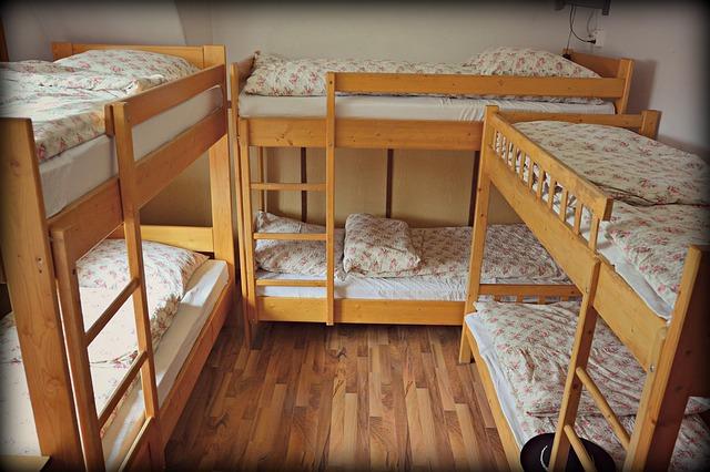 tři patrové postele